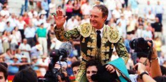 Pepe Luis Vázquez, a hombros en su adiós del toreo en Granada.