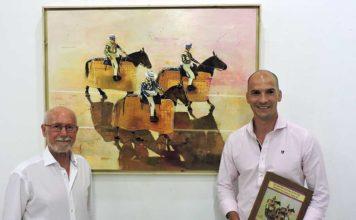 A la derecha, el ganador del concurso, junto a su obra 'Picadores'.