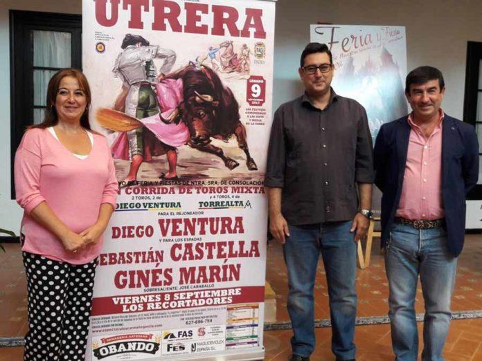 María del Carmen Cabra, delegada de Fiestas Mayores; José María Villalobos, alcalde de Utrera; y el empresario Carmelo García.