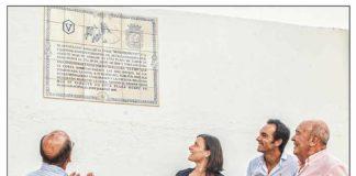 El ganadero Adolfo Martín, la alcaldesa de Santander y el diestro sevillano El Cid, junto al nuevo azulejo en la plaza de Santander.
