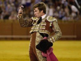 Daniel de la Fuente, con la oreja ganada hoy en Sevilla.