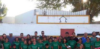El grupo de escolares en su visita a la ganadería sevillana de Partido de Resina.