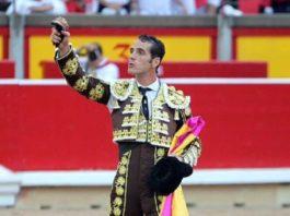 El sevillano Pepe Moral, con la oreja del quinto hoy en Pamplona.