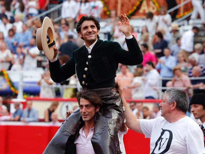 Diego Ventura, a hombros en Santander.