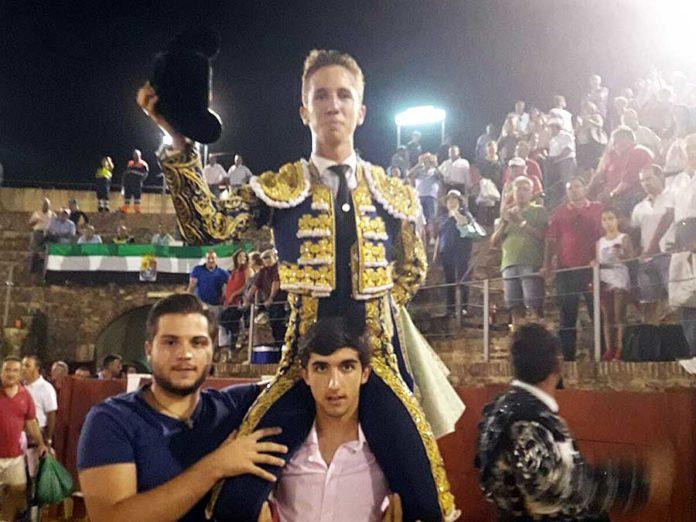 El sevillano Calerito, triunfador en su debut con picadores en Azuaga (Badajoz).