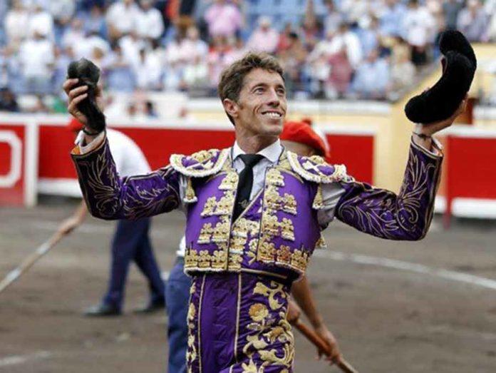 Manuel Escribano, con la oreja ganada en su segundo toro de Victorino Martín.
