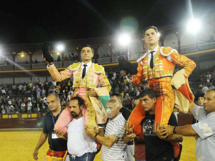 Daniel Luque, a hombros hoy sábado en Ciudad Real tras lidiar los toros de Victorino Martín.