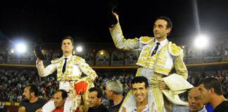 Daniel Luque, a hombros hoy domingo junto a Enrique Ponce en Ciudad Real.