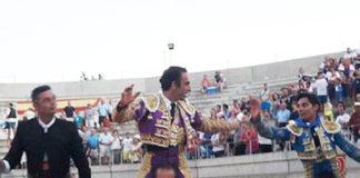 Salvador Cortés, en el centro, a hombros hoy en Villacañas (Toledo).