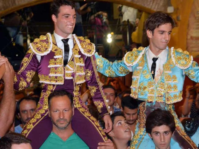 El sevillano Rafa Serna, a hombros junto a Emilio Silvera hoy jueves en Huelva. (FOTO: Arizmendi)