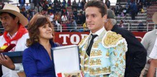 Lama de Góngora recibe el premio al 'Triunfador' de la corrida de toros celebrada en Perú.