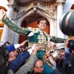 El Juli, triunfal salida por la Puerta del Príncipe con cuatro orejas y un toro indultado.