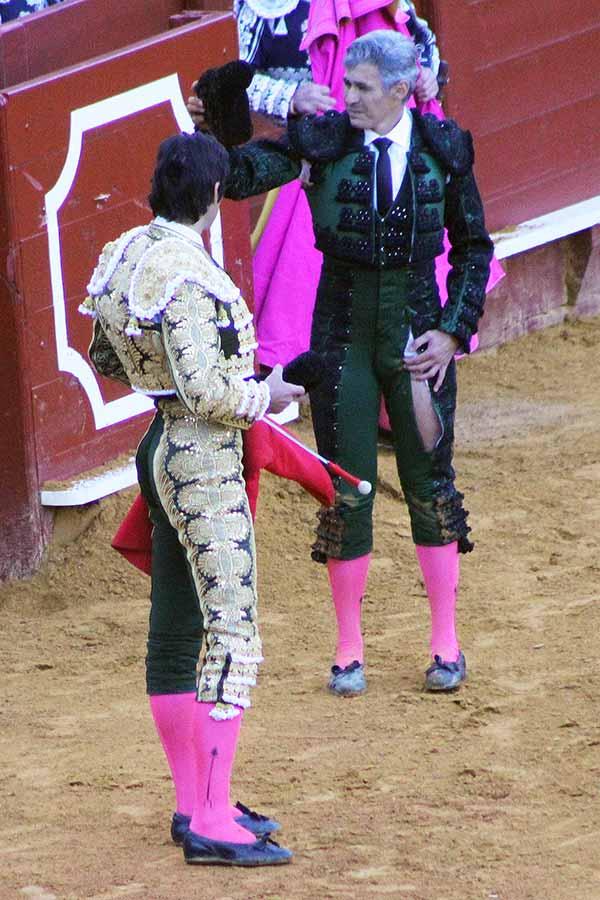 Curro Javier, saludando con la taleguilla rasgada en dos tras ser volteado y poner dos buenos pares de banderillas.